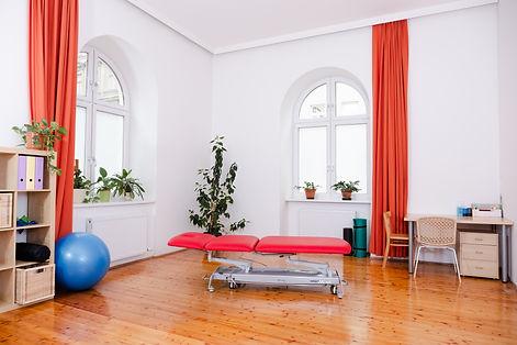 Physiotherapie Praxis großer schöner heller Raum
