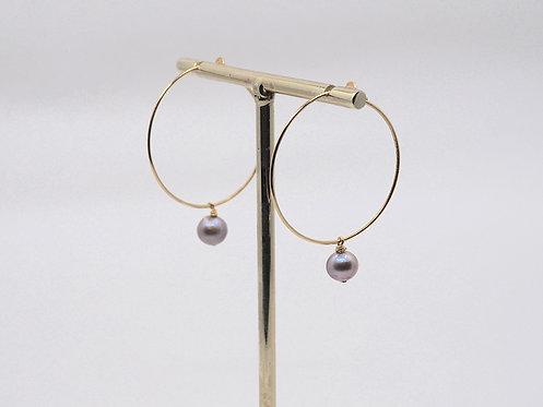 Floating Pearls Collection_ Orecchini a cerchio con perla pendente