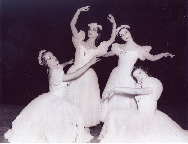 Ajoelhadas_ Tamara Capeller e Beatriz Consuelo. De pé_ Tatiana Leskova (ao centro) e Bertha Rosanova. Década de 50.