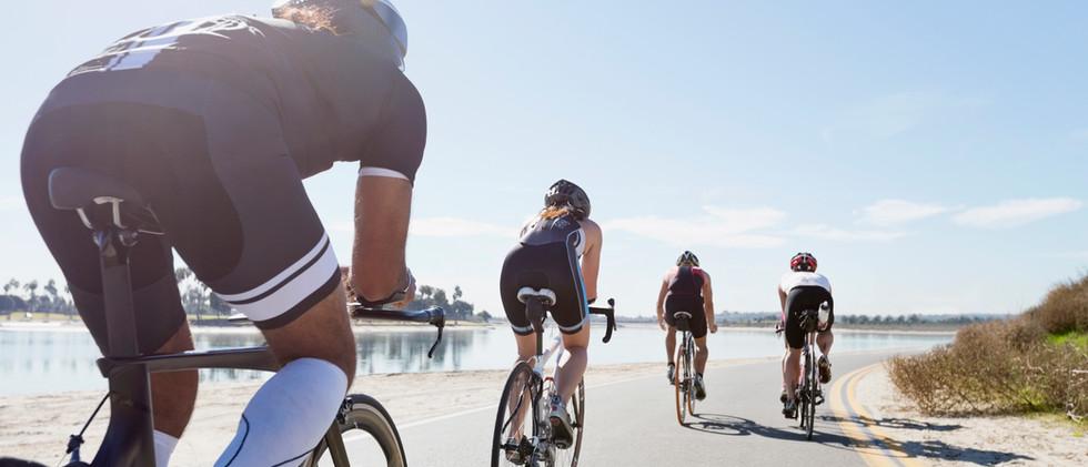 Grupo de ciclistas de carretera
