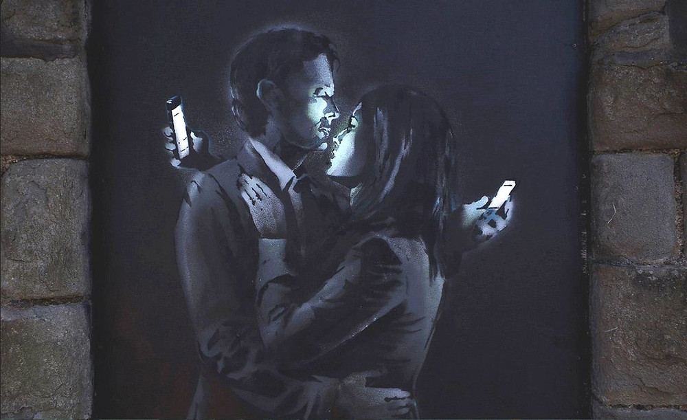 Banksy, Mobile Lovers, Bristol. Fonte: https://static.independent.co.uk/s3fs-public/thumbnails/image/2014/04/14/15/banksyb2f.JPG