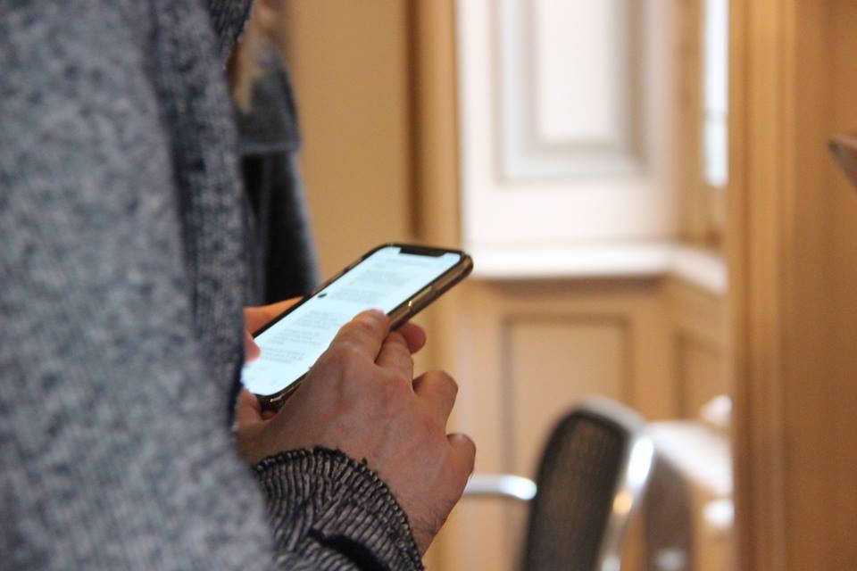 Un visitatore utilizza un gioco per scoprire le collezioni di una Casa Museo.