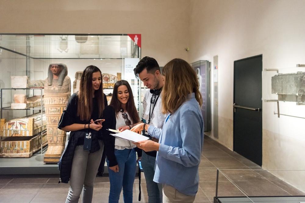 conversazione con i visitatori al Museo Egizio