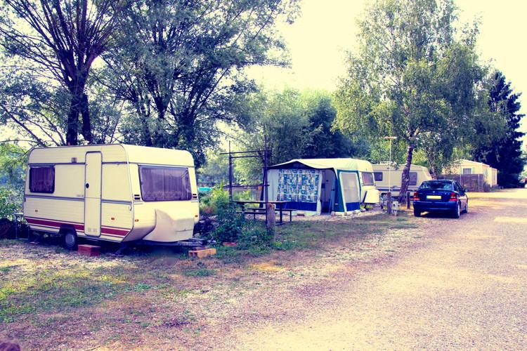 camping pres de la berge.jpg