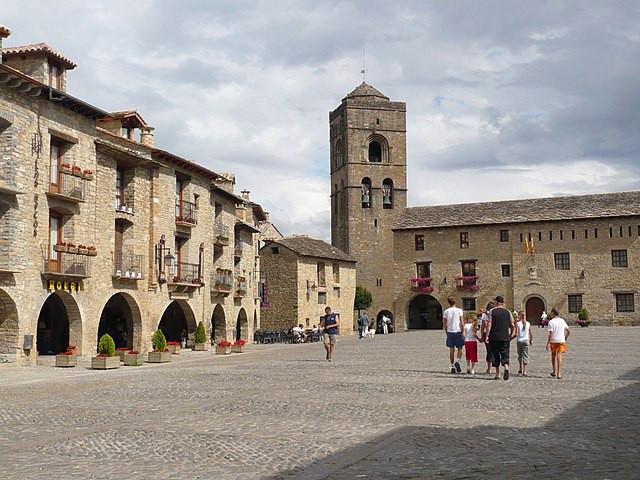 Plaza Mayor, al fondo la torre de la iglesia de Santa María