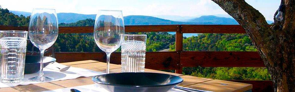 Comer en el exterior mirando al lago y las montañas