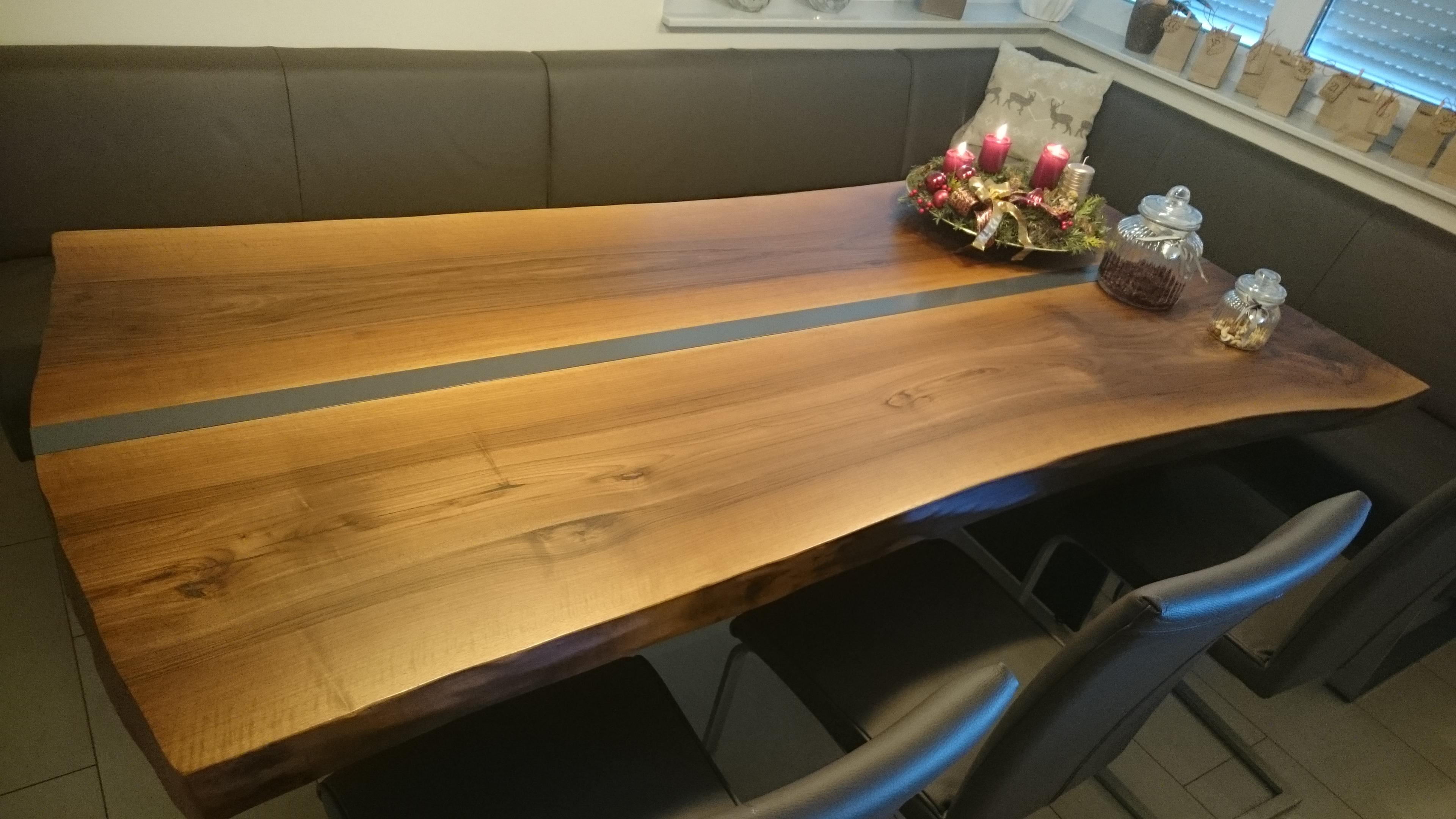 Walnuss-Tisch mit Edelstahlleiste