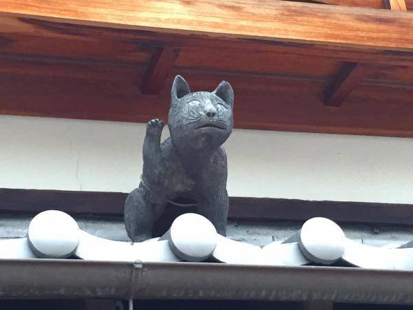 お気に入り・近所のネコの瓦。