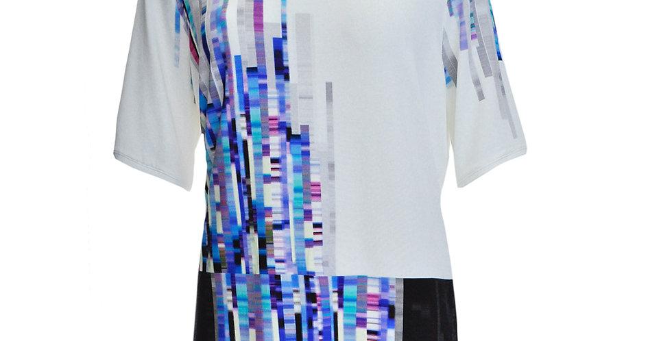 Vorderansicht T-Shirt mit abstraktem vertikalem Streifendruck in vorwiegend Blautönen