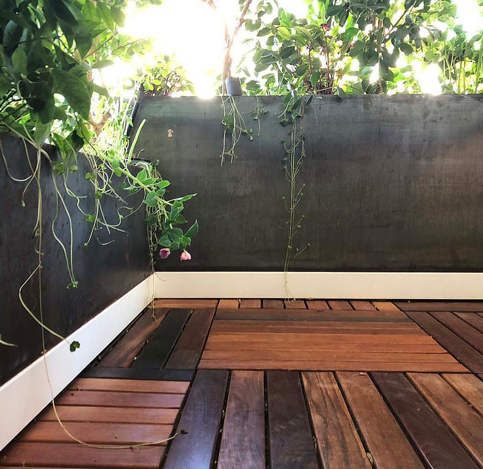 אדניות ברזל במרפסת.jpg