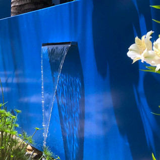 מפל על רקע קיר כחול.jpg