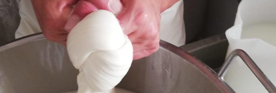 La-via-del-Latte-Mozzarella-Making-950x3