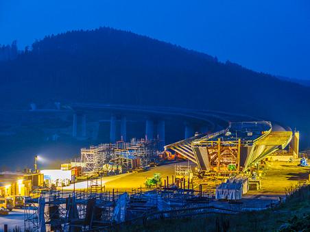 Industriefotografie: Vorbereitung zum Verschub der Höchsten Brücke Nordrhein-Westfalens der Talbrücke Nuttlar mit 115m