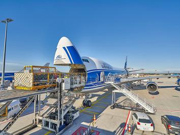 Industriefotografie: Verladung eines Maschinenbauteils in eine Boing 747 Cargo am Flughafen Frankfurt