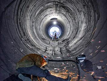 Industriefotografie: Restarbeiten in einer Stahlturmröhre