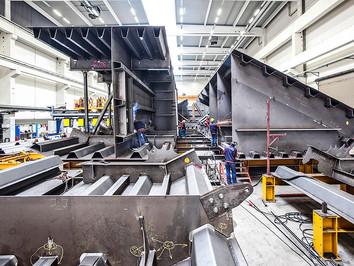 Industriefotografie: Bau von Brückensegmenten im Stahlbau