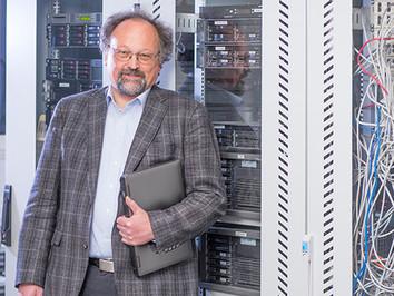 Business Porträt:  Prof. Dr. Franz-Karl Schmatzer  Studiendekan der School of Engineering & Technology Management, Professor für Informatik, Stuttgart