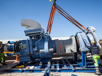 Industriefotografie: Einheben von Getriebe in Windkraftanlage