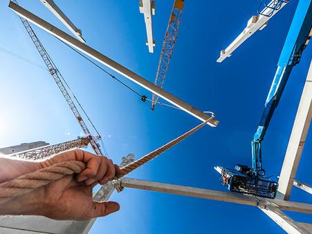 Industriefotografie: Neubau des Möbelhaus Höffner, ein Binder wird eingehoben