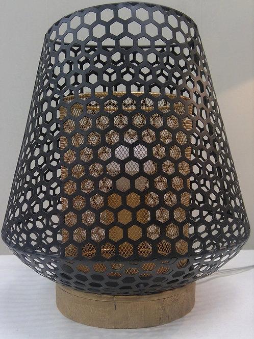Lampe aus Metall auf Holzsockel