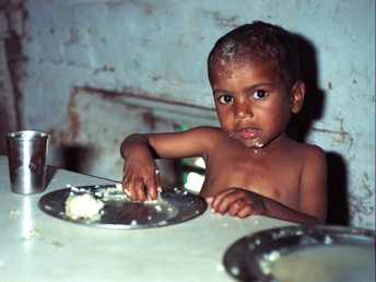 1999 Nepal mittlerer Junge beim Essen.jp