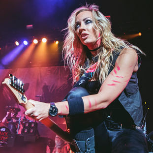 Nita Strauss (Alice Cooper) @ Angel of the Winds Arena, Everett USA