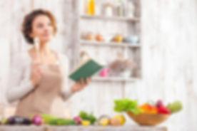 48201615-alegre-mujer-joven-está-cocinan