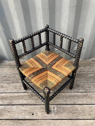 Chaise d'angle fin 19e revisitée dans un esprit bohème-ethnique