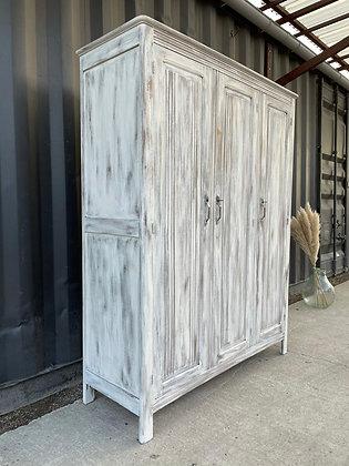 Grande armoire en bois blanchi patiné
