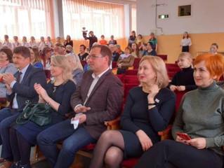 Омские депутаты Сахань и Гомолко вручили медали Манякина работникам образования
