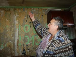 Из-за безденежья омичи вынуждены жить в дырявом доме