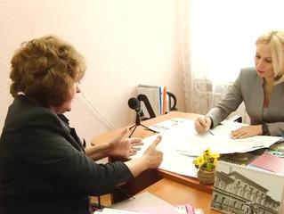 Депутат Инна Гомолко рассказала жильцам омского дома, как обратиться за федеральными средствами на о