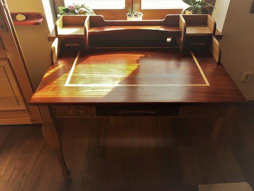 Mahagonový stůl