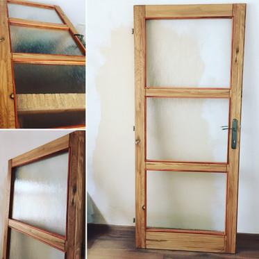 Dubové dveře se sklem a lištami ze švest