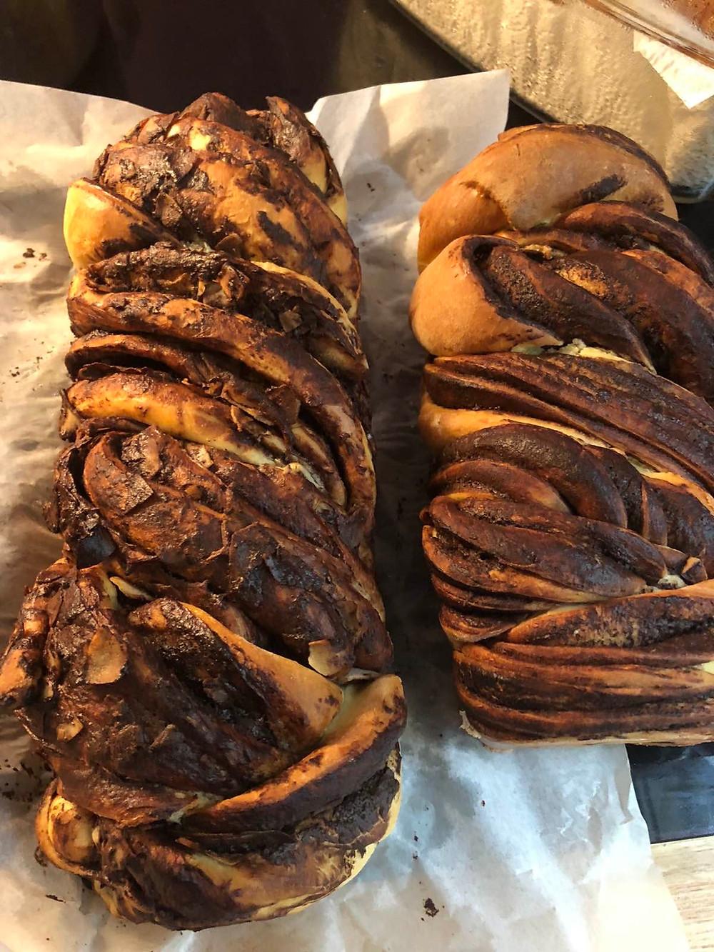 Két vekni csokis babkakalács egy tepsiben egymás mellett