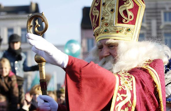 O, kom er eens luisteren... Sint Nicolaas leest voor vanuit zijn boekenpaleis