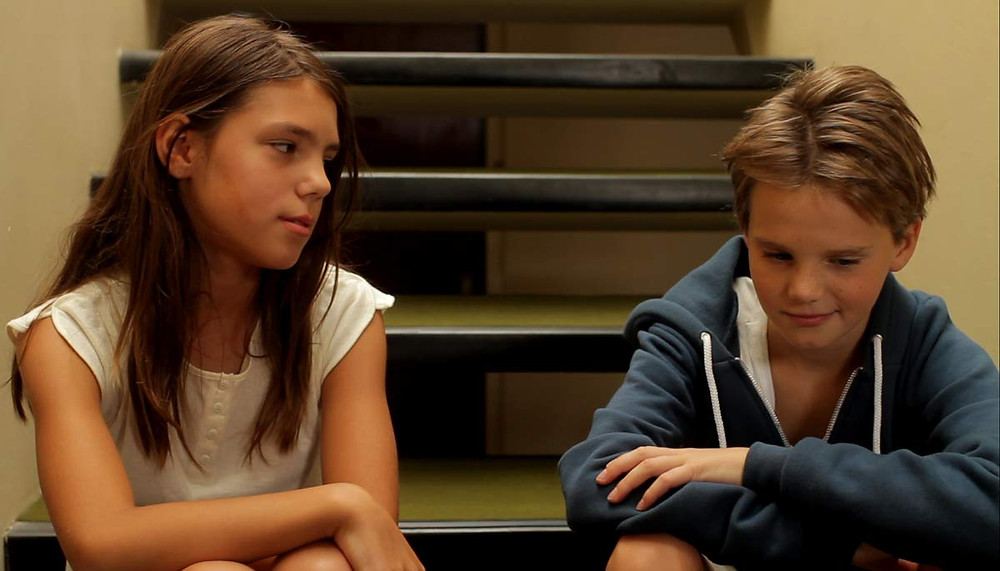 Extrait du film Tomboy. Deux enfants sont assis sur des marches.