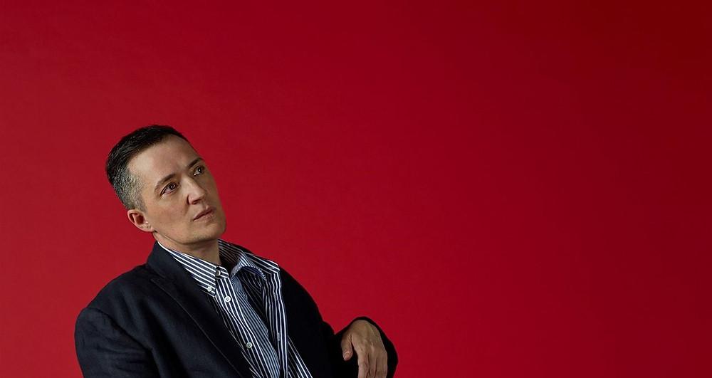 Portrait de Alexandria Ocasio-Cortez sur un podium lors d'un discours