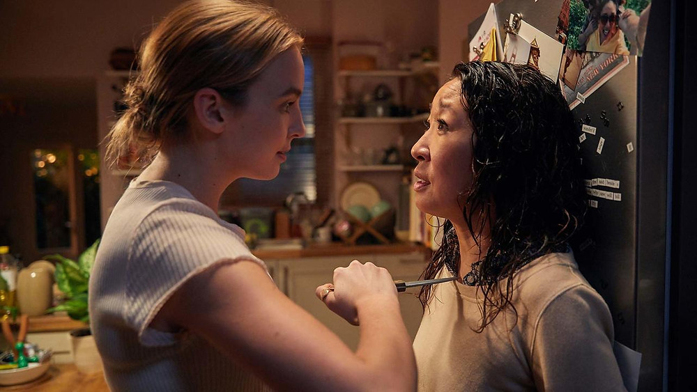 Extrait de la série Killing Eve. Une femme tient un couteau à la gorge d'une deuxième femme.