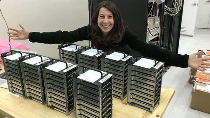 Portait de Katie Bouman avec toutes les données récoltées pour produire l'image du trou noir