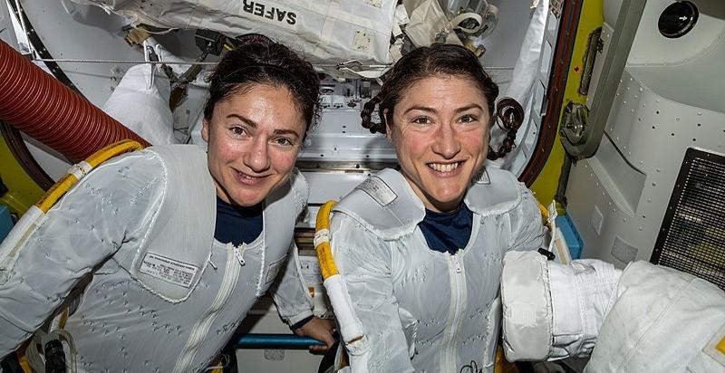 Portrait de Christina Koch et Jessica Meir en combinaisons d'astronautes