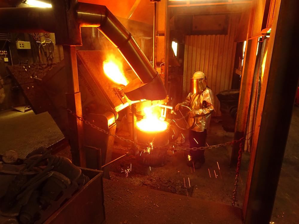 På Lyrestads Gjuteri tillverkas gjutjärn och segjärn i olika kvalitéer. Här gjuts Segjärn EN-GJS-400-15