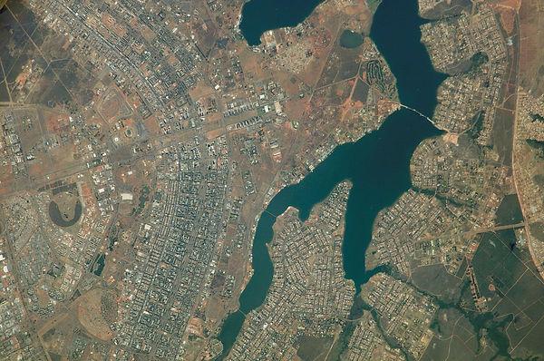 1280px-Vista_do_espaço_de_Brasília_e_arredores_(2).jpg