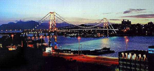 Ponte_Hercilio_Luz_ao_entardecer_-_Florianópolis-SC_-_por_Carlos_Alkmin.jpg