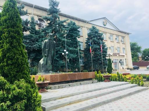 Lenin statue in front of Gagauzia parliament