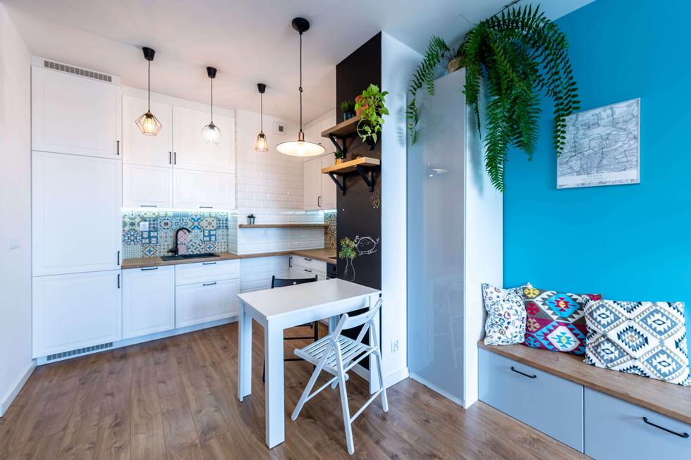 Mieszkanie skandynawskie z zielonym akcentem.