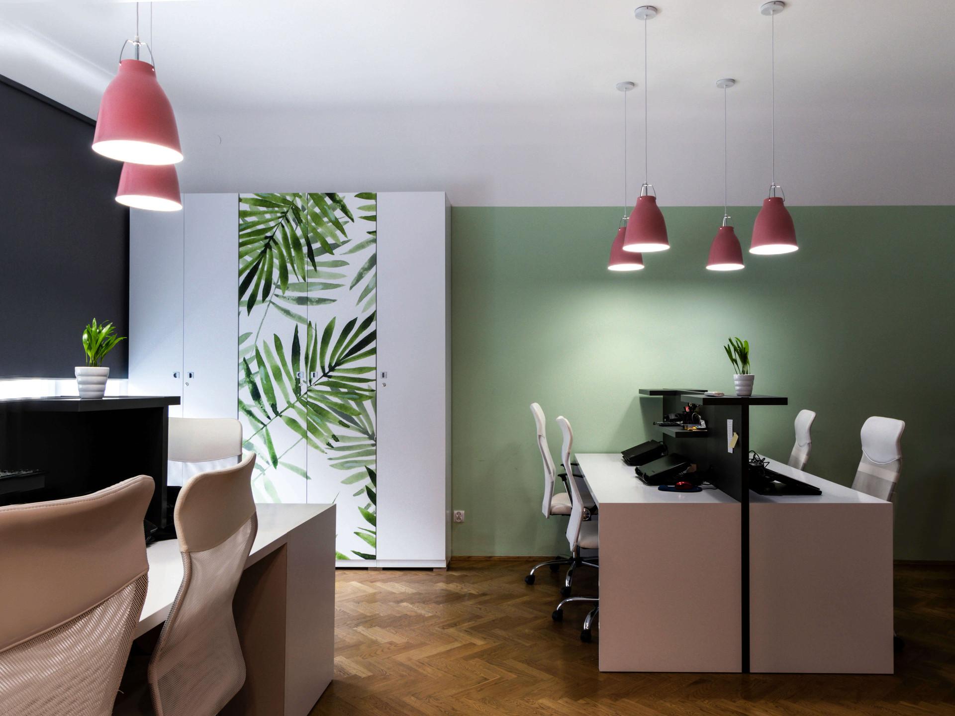 Wnętrza biurowe z akcentem zieleni.