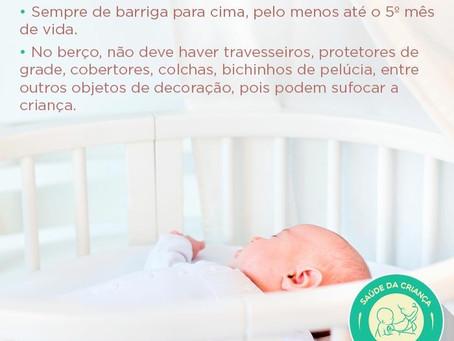 De que lado o bebê deve dormir?