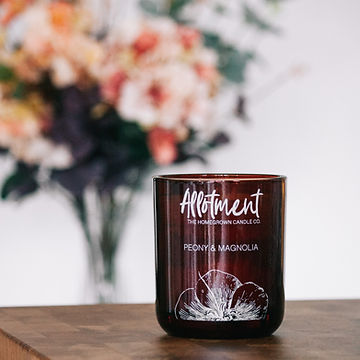 beautiful_scented_candle_styled_with_flo
