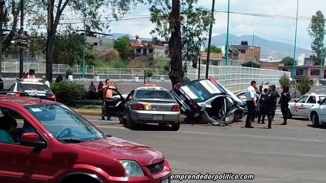 Reportan fuerte impacto entre un vehículo de la Policía Municipal de Morelia y uno civil